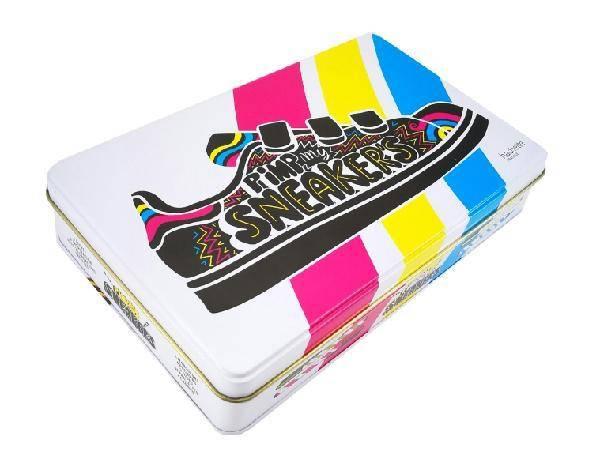 Pimp my sneakers - Coffret avec 4 marqueurs, 6 pochoirs en carton, 3 tubes de paillettes, et 2 sneakers charms en métal